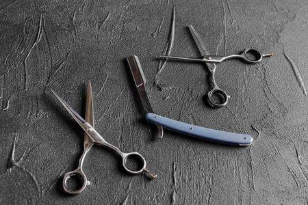 Twee scheren en een scheermes